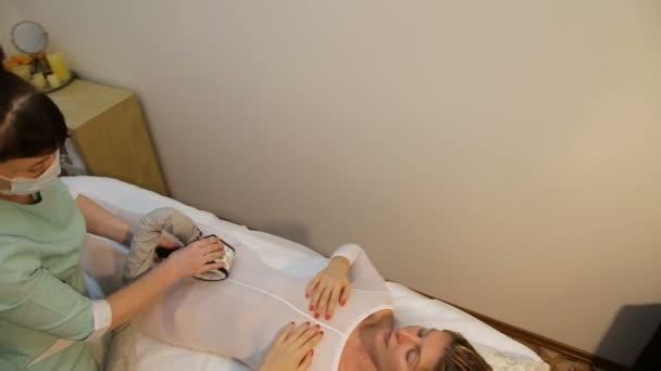 Alkalmazása lipo-masszázs terapeuta.