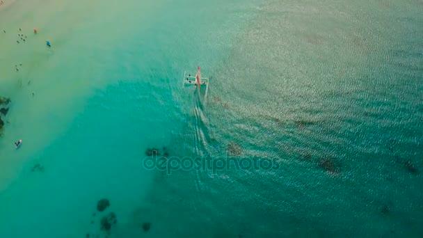 Letecký pohled na krásné pláži na tropickém ostrově. Boracay island Filipíny.