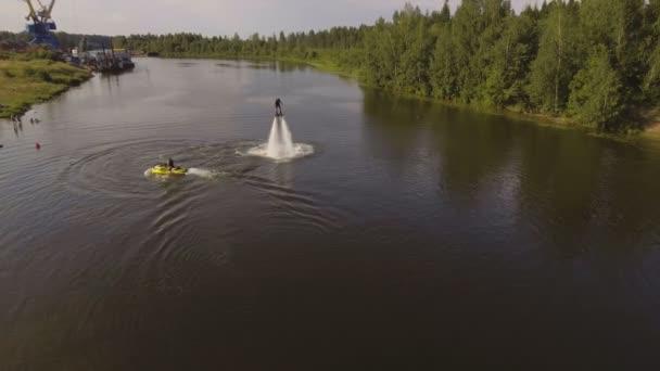 Repülő tábla lovas a folyón.Légi videó.