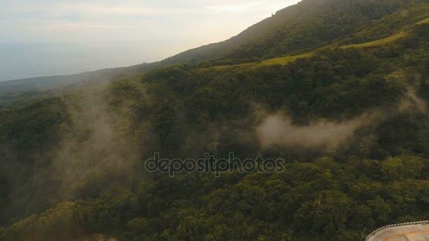 Letecký pohled na večerní deštný prales. Camiguin island Filipíny
