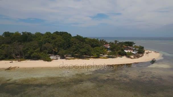 Légifelvételek gyönyörű tengerpart, a trópusi szigeten. Mantigue-sziget Fülöp-szigetek.