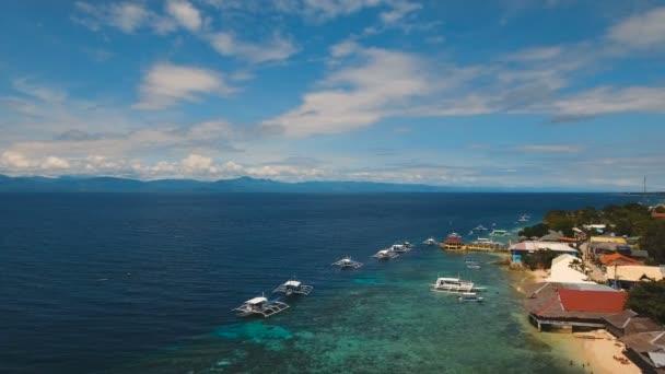 Légifelvételek gyönyörű tengerpart, a trópusi szigeten. Cebu sziget Fülöp-szigetek