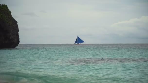 Vitorlas hajo kék tengerben. Boracay island Fülöp-szigetek