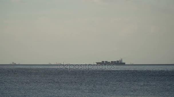 Cargo hajó vitorlák a tengerparton. Fülöp-szigetek, Manila.