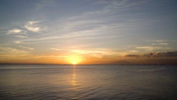 krásný západ slunce nad mořem