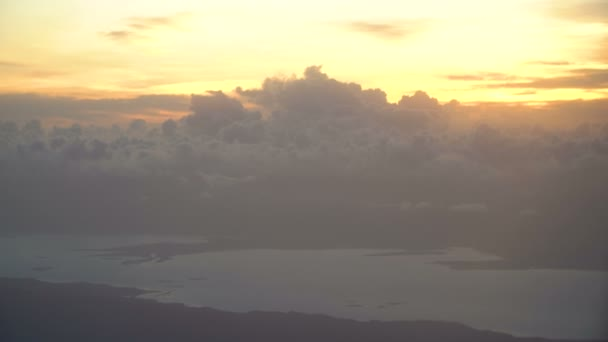 Pohled z okna letadla na hory a oceán