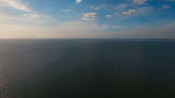 Letecké nákladní lodě kotvící v moři. Filipíny, Manila