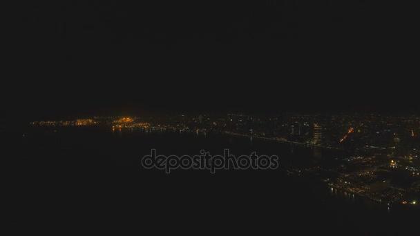 Letecký město s mrakodrapy a budovy v noci. Filipíny, Manila, Makati