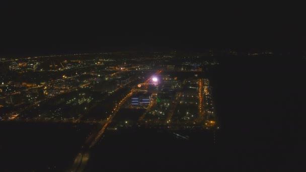 Légi város éjjel épületek és felhőkarcolók. Makati, Fülöp-szigetek, Manila.