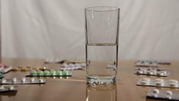 Brausetablette fällt ins Wasser
