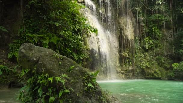Krásný tropický vodopád. Filipíny Cebu island.