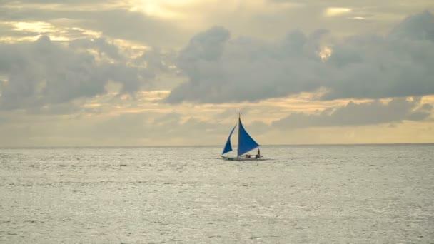 Plachetnice v modrém moři. Boracayský ostrov Filipíny.