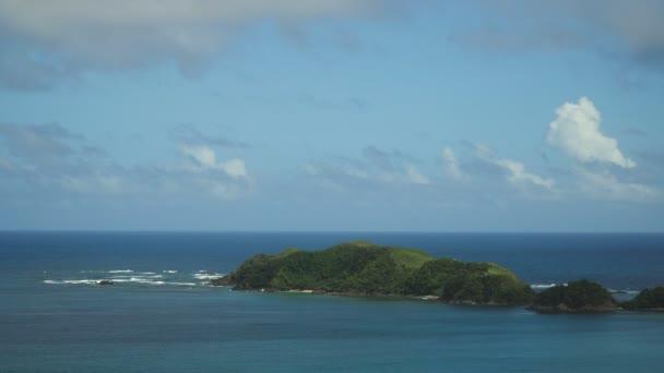 Tropická Laguna, moře, pláže. Tropický ostrov. Catanduanes, Filipíny.