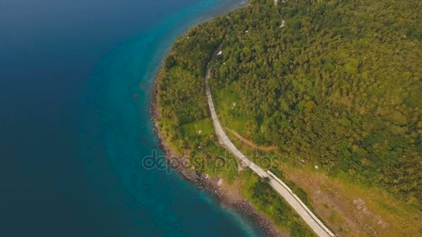 Letecký pohled krásné pobřeží na tropickém ostrově. Camiguin island Filipíny.