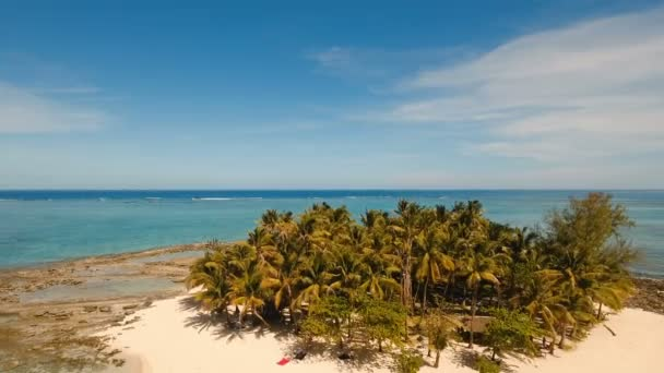 Letecký pohled na krásné pláži na tropickém ostrově. Siargao island, Filipíny, Guyam.