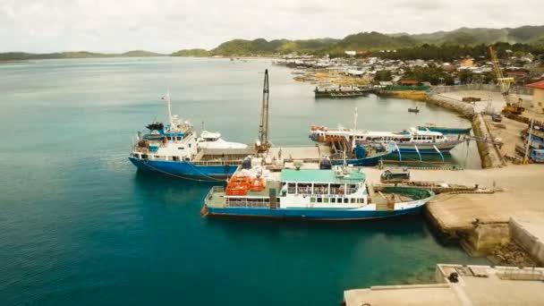 Nákladní a osobní tranzitní přístav v Dapa letecký pohled na město. Siargao island, Filipíny