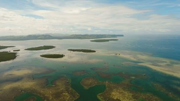 Letecký pohled na tropické laguny, moře, pláže. Tropický ostrov. Bohol, Filipíny