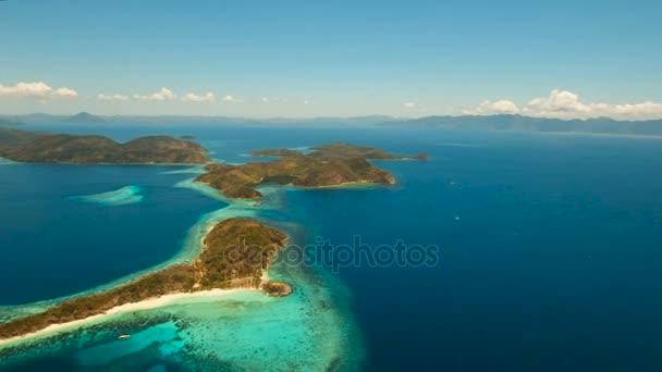 Légifelvételek trópusi lagúna, tenger, tengerpart. Trópusi szigeten. Busuanga, Palawan, Fülöp-szigetek.