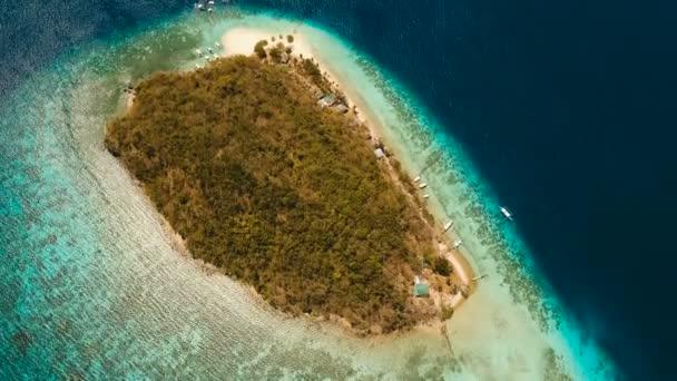 Légifelvételek gyönyörű strandon, egy trópusi sziget banán. Fülöp-szigetek.