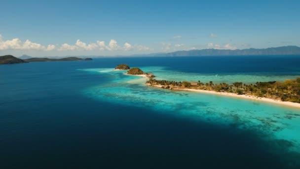 Letecký pohled krásné pláže na tropickém ostrově Dos Bulog. Filipíny