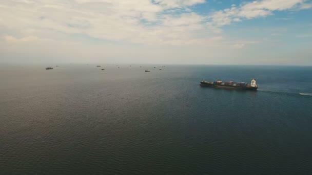 Letecké nákladní lodě kotvící v moři. Filipíny, Manila.