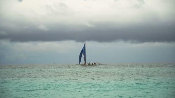 Vitorlas hajo kék tengerben. Boracay island Fülöp-szigetek.