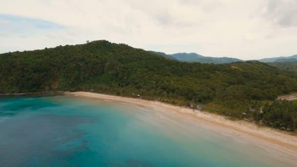 Antenna Nézd szép strand egy trópusi szigeten. Fülöp-szigetek, El Nido.