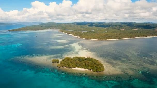 Antenna Nézd szép strand egy trópusi szigeten. Fülöp-szigetek, Siargao.
