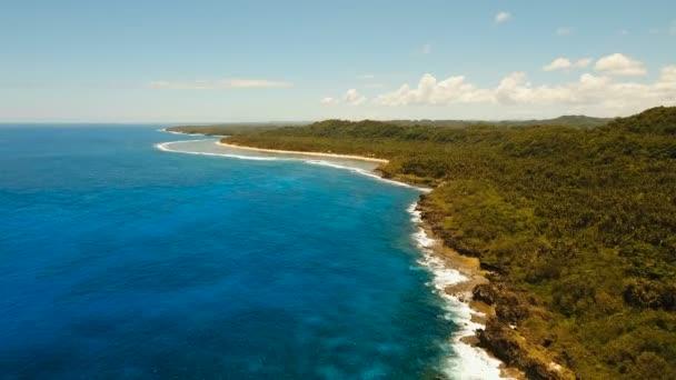 A légi felvétel a sziklák és a hullám. Fülöp-szigetek, Siargao.