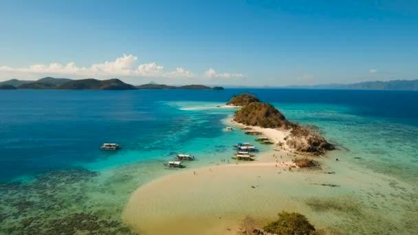Légi kilátás gyönyörű strand egy trópusi Bulog Dos Island. Fülöp-szigetek.