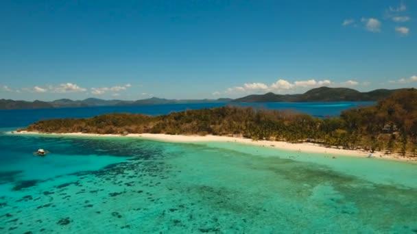 Letecký pohled na krásné pláži na tropickém ostrově Malcapuya. Filipíny.