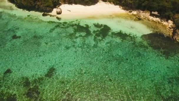 Letecký pohled krásné pláže na tropickém ostrově. Filipíny, Anda oblast