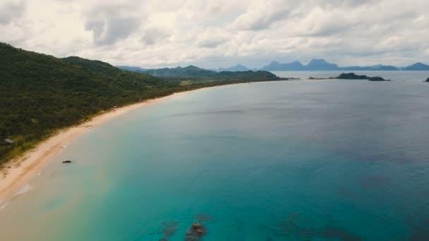 Letecký pohled krásné pláže na tropickém ostrově. Filipíny, El Nido.