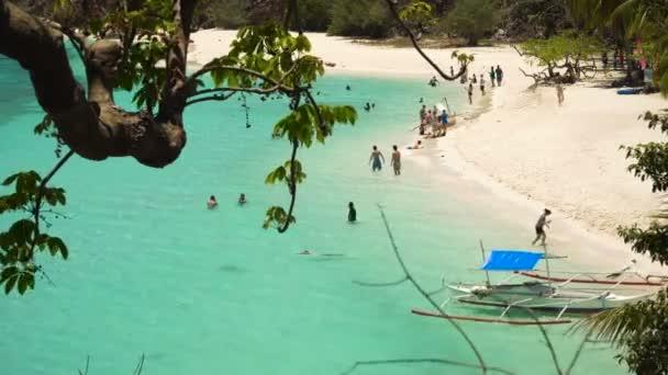 Gyönyörű strand egy trópusi sziget Malcapuya. Fülöp-szigetek.