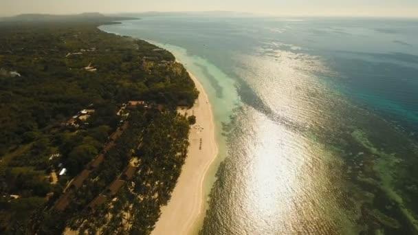 Letecký pohled krásné pláže na tropickém ostrově. Filipíny, Bohol.