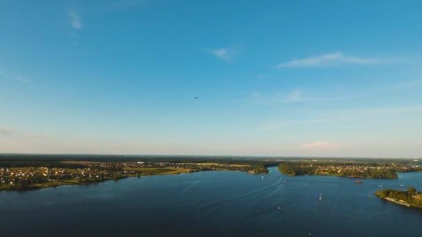 Létání letadlem v modré obloze