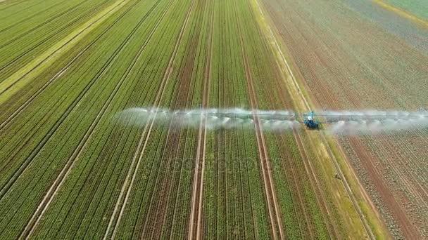 Zavlažovací systém na zemědělské půdě.