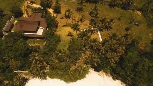 Luftaufnahme schöner Strand auf einer tropischen Insel. Philippinen, Andagebiet.