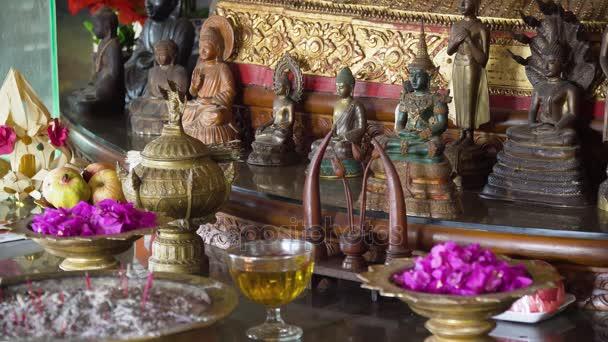 Oběti a kadidlo v buddhistickém chrámu