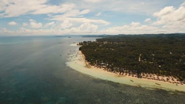 Letecký pohled krásné pláže na tropickém ostrově. Filipíny, Siargao