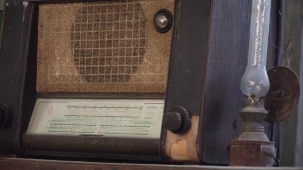 Régi rádió és egy antik asztali lámpa