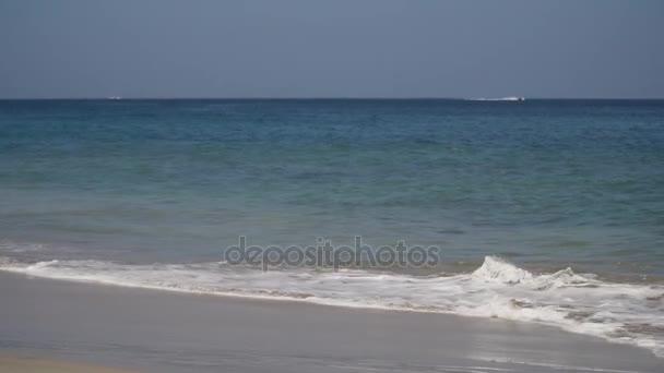 Mladá dívka se chystá plavat v oceánu