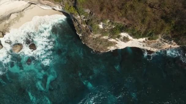 Seascape sziklák, a tenger és a hullámok a Nusa Penida, Indonézia