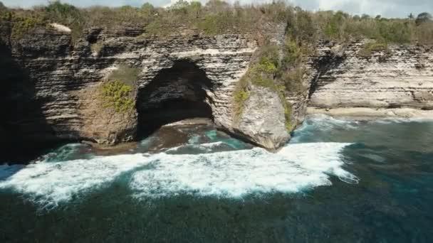 Seascape: Sziklák, a tenger és a hullámok a Nusa Penida, Bali, Indonézia