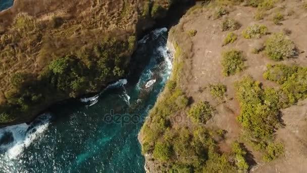 Seascape sziklák, a tenger és a hullámok a Nusa Penida, Bali, Indonézia