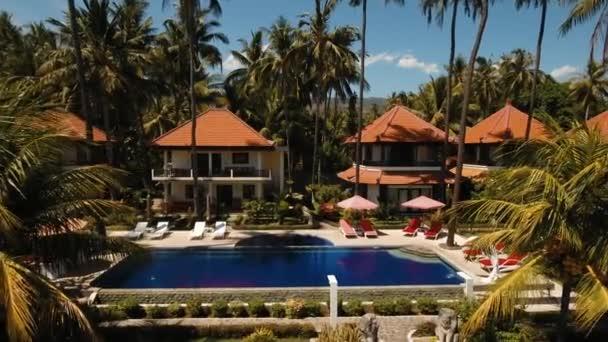 Hotel s bazénem na pobřeží moře, Bali.