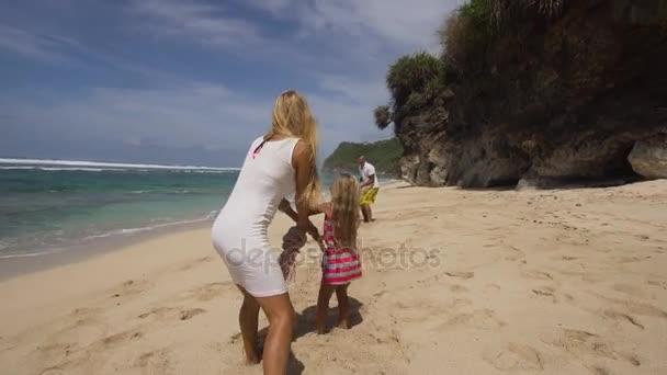 Rodina s dítětem na pláži