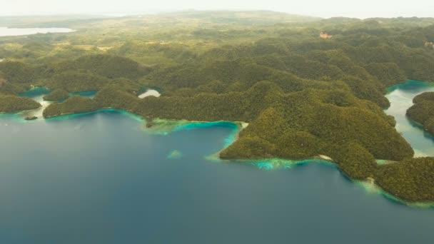 Légifelvételek trópusi lagúna, tenger, tengerpart. Bucas Grande sziget, Sohoton-öböl. Fülöp-szigetek.