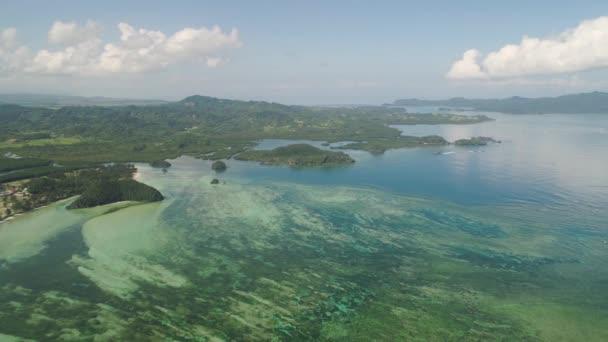 Krajina s pláží a moře. Filipíny, Luzon