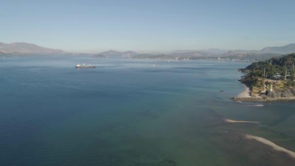 moře zálivu s loděmi